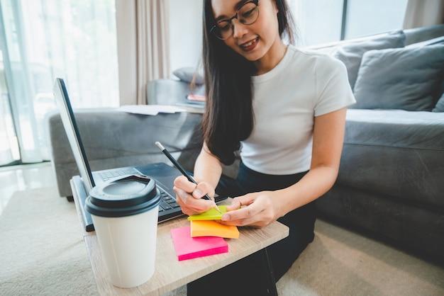 Mão de pessoas segurando uma caneta para trabalhar para escrever em um livro para carta ou documento de negócios, conceito de educação do aluno para aprender usando a página de papel do caderno para anotar um diário em uma mesa de escritório