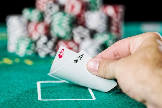 Mão de pôquer vencendo, com fichas