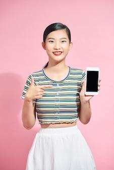 Mão de telefone de senhora engraçada surpresa indica tela de dedo anunciando novo modelo de gadget isolado rosa