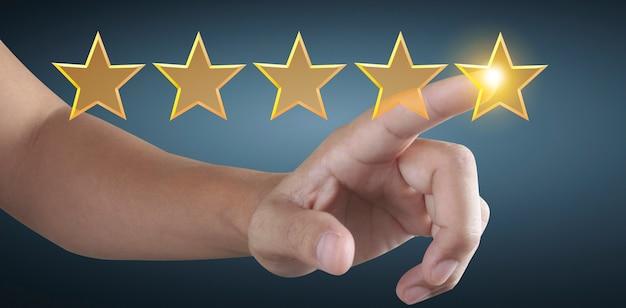 Mão de tocar a ascensão no aumento de cinco estrelas. aumente a avaliação da classificação e o conceito de classificação