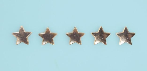 Mão de tocar o aumento no aumento de cinco estrelas aumente a avaliação da classificação e o conceito de classificação