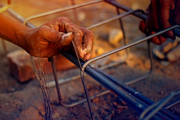 Mão de trabalho com haste de ferro
