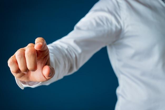 Mão de um empresário tocando a tela da interface virtual.