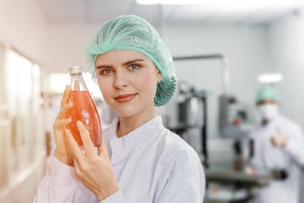 Mão de uma mulher bonita segurando uma bebida de suco em uma garrafa de vidro para um produto de bebida científica avançada para o conceito de beleza e mulheres saudáveis