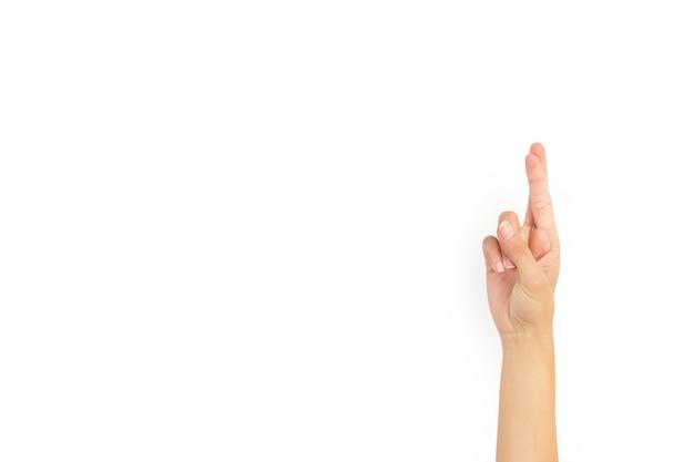 Mão de uma mulher com os dedos cruzados em um fundo branco com espaço de cópia