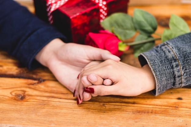 Mão de uma mulher e um homem apreendidos