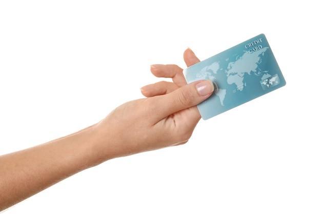 Mão de uma mulher segurando o cartão de crédito isolado