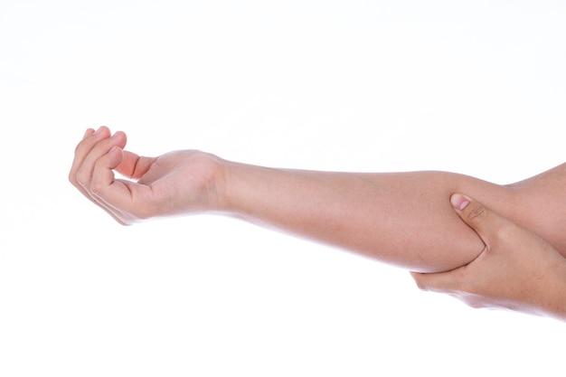 Mão de uma mulher segurando o cotovelo isolado em um fundo branco