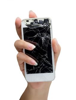 Mão de uma mulher segurando o smartphone com tela quebrada