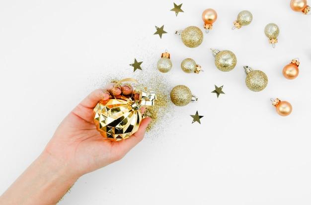 Mão de vista superior com bolas de decoração