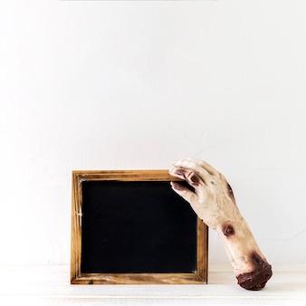 Mão de zumbi perto de quadro-negro