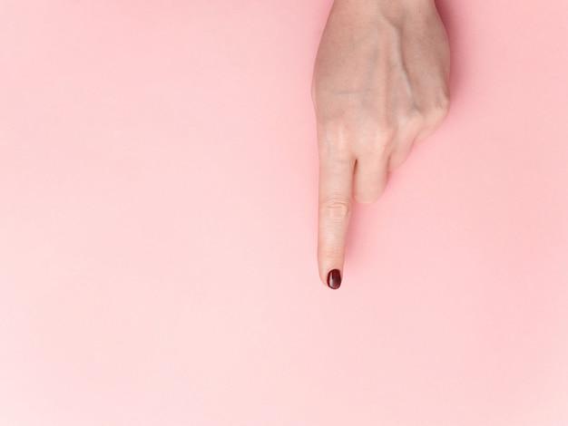 Mão dedo guia apontando isolado na cor rosa