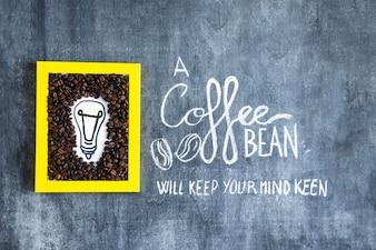 Mão desenhada lâmpada e grãos de café frame com texto na lousa