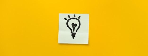 Mão, desenhado, lâmpada, ícone, pegajoso, nota, papel