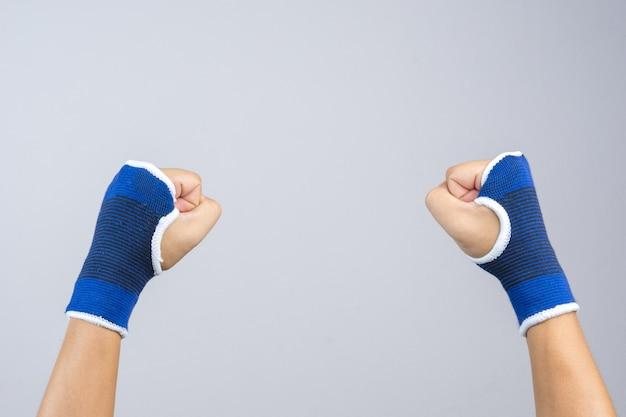 Mão, desgastar, elástico, mão, e, punho, apoio, com, clenched, punho, como, luta, gesture