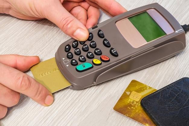 Mão digitando o código pin para o terminal de dinheiro antes do pagamento