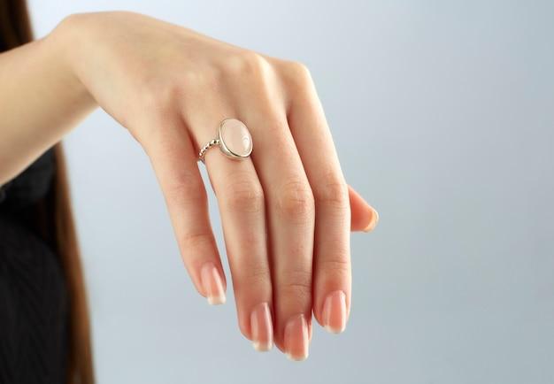 Mão direita de mulher com anel chique