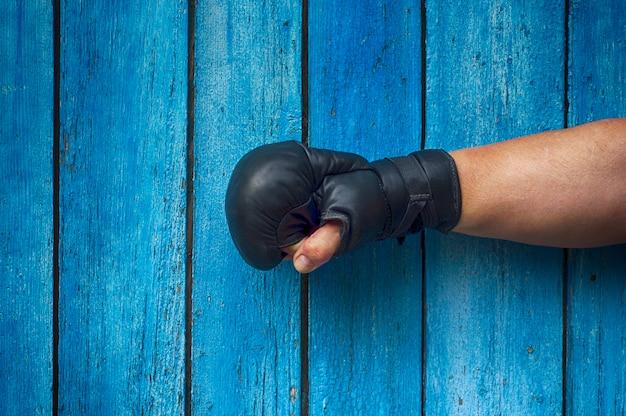 Mão direita do homem em luvas de boxe