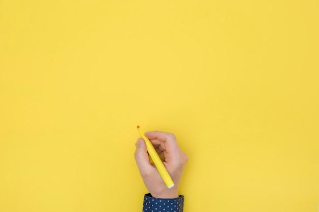 Mão direita plana leiga segurando uma caneta