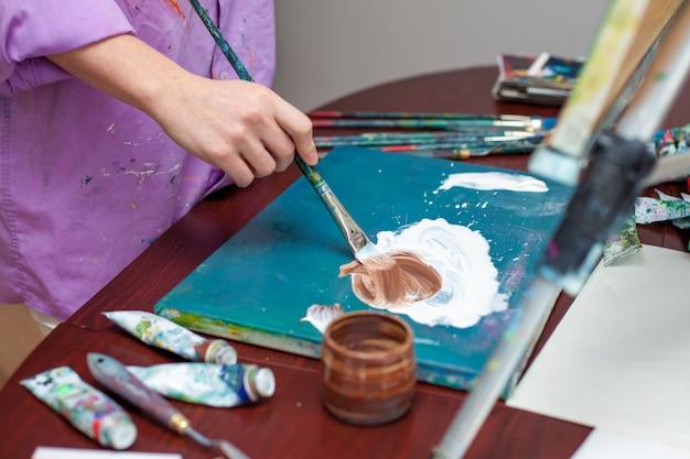 Mão do artista e paleta, close-up