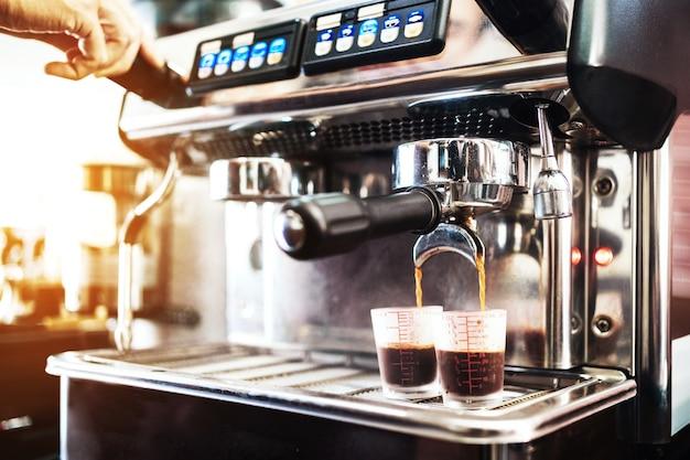 Mão do barista close-up insere o filtro de metal na máquina de café