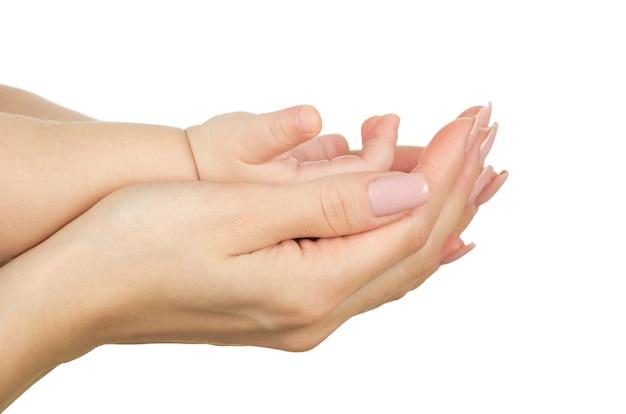 Mão do bebê segurando a mão da mãe