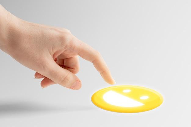Mão do close up clicando em emoticon emoticon na reação de mídia social