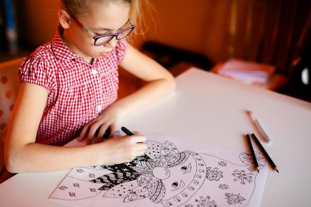 Mão do close-up com os desenhos do natal do desenho de lápis. tema do ano novo