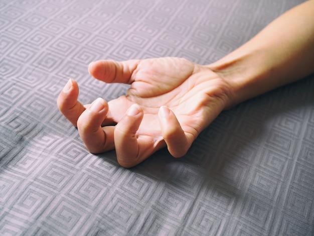 Mão do close-up do adulto asiático com flexão dos dedos.