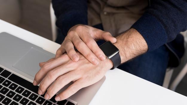 Mão do close-up em cima do laptop