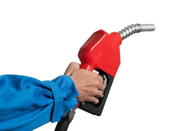Mão do close up que guarda o bocal diesel do óleo para o distribuidor de combustível gasohol 91.