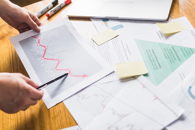 Mão do empresário analisando gráfico crescente