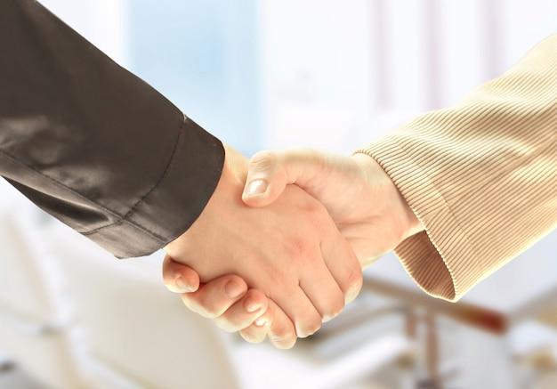 Mão do empresário apertando a mão do empresário branco