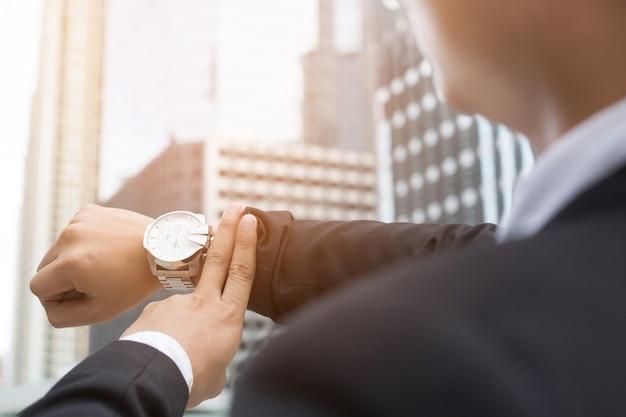 Mão do empresário closeup, venha trabalhar tarde