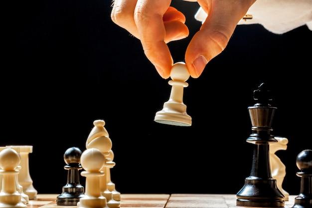 Mão do empresário jogando xadrez