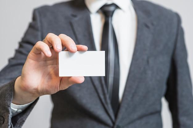 Mão do empresário, mostrando o cartão de visita em branco