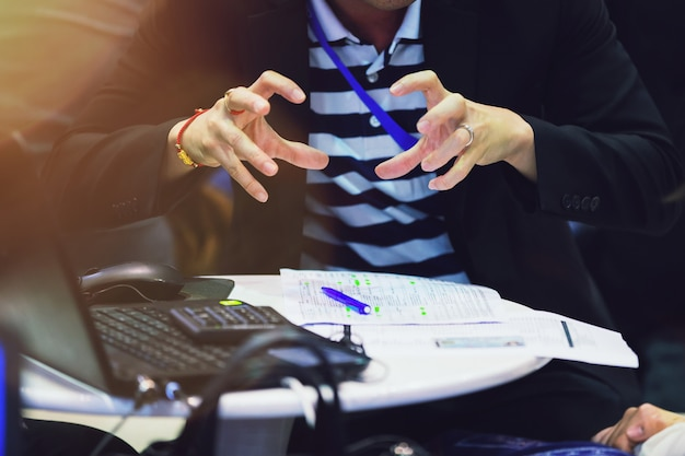 Mão do gerente de vendas que apresenta informações comerciais aos seus clientes