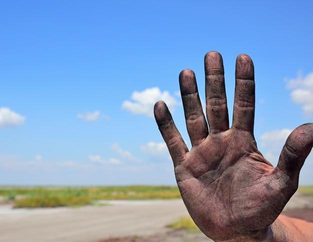 Mão do homem certo em um plano de fundo de uma paisagem