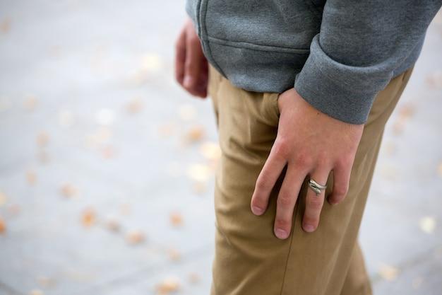 Mão do homem no bolso close up, moda, roupa de rua