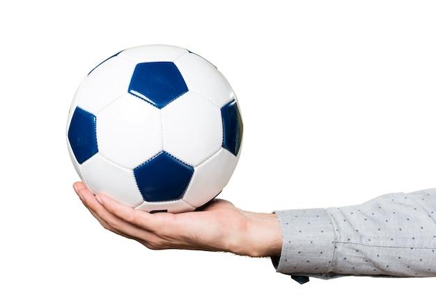 Mão do homem segurando uma bola de futebol