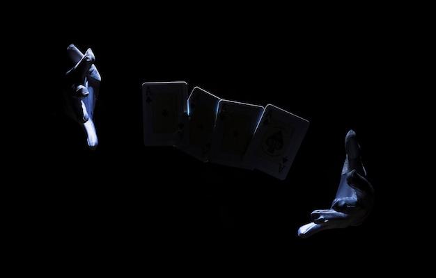 Mão do mago realizando truque com cartão de jogo