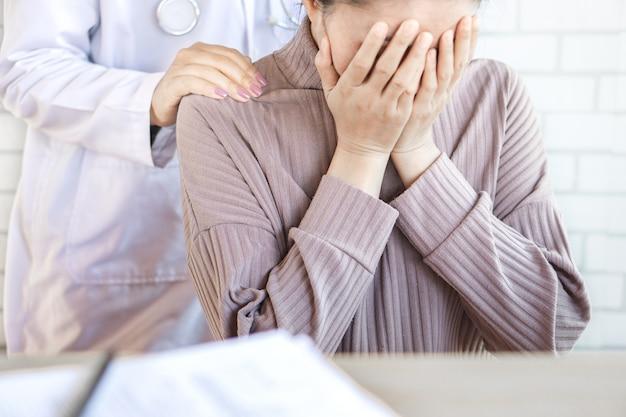 Mão do médico reconfortante paciente deprimido