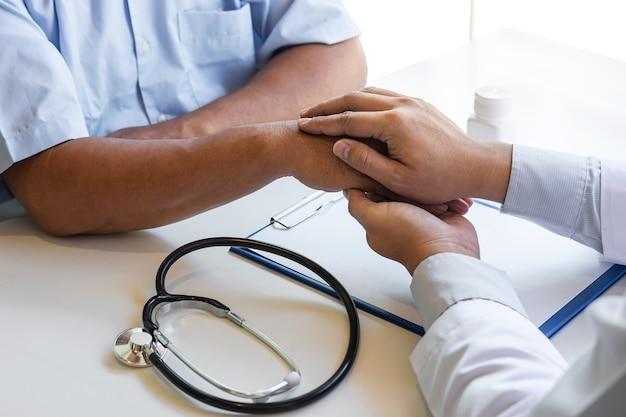 Mão do médico tocando o paciente, tranquilizando para incentivo e empatia para apoiar durante o exame médico no hospital.