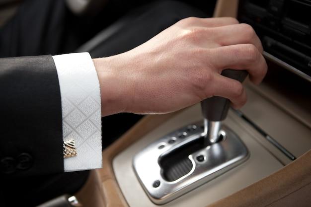 Mão do motorista do carro