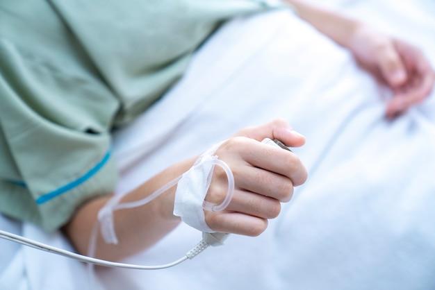 Mão do paciente segurando