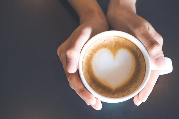 Mão e arte no café