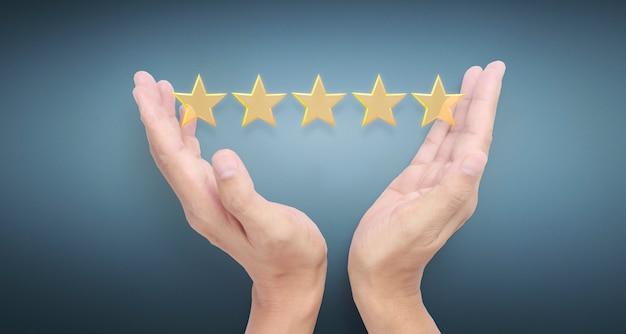 Mão e aumentando cinco estrelas. aumente a avaliação da classificação e o conceito de classificação