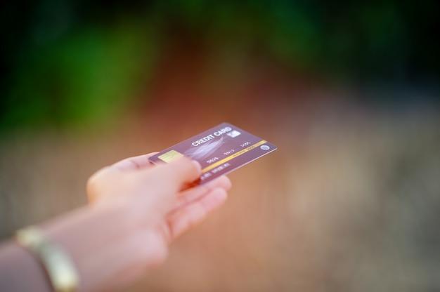 Mão e cartão de crédito