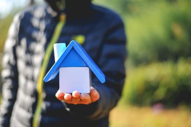 Mão e casa do bebê de construção. e muitas pessoas sonham em ter sua própria casa.