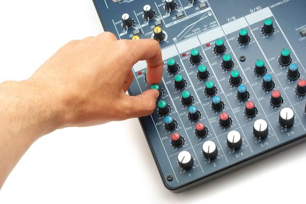 Mão e console de mixagem